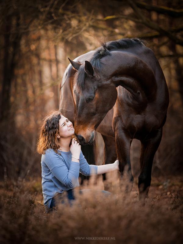 Spontane pose tijdens een paardenfotoshoot