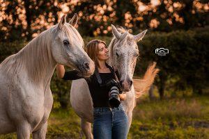 Paardenfotograaf Nikki de Kerf met haar twee paarden