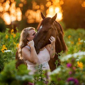Fotoshoot met paard in bloemenveld